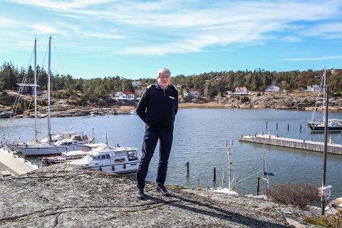 Båtfører Tord Coucheron frakter ofte passasjerer mellom småbåthavna i Øyenkilen og Strømtangen i den 50 fot store båten sin. Ifølge han er det umulig å bruke de ytterste båtplassene i havna i visse typer vær.