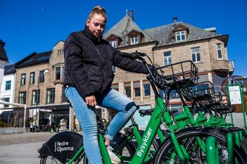 Sara og venninna Aurora tok bussen til byen fra Borge for å sykle en tur, men de var for unge.