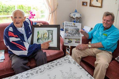 Kjell Edgar Evensen (til venstre) ble glad for maleriet som Michael L. Barton har laget av ham og opptoget i mai 1945. Barton holder avisen med originalbildet.