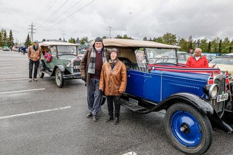 Arild Heie og Karin Henriksen klare for bilkortesje utenfor veteranbilen Heie kjøpte i 1959. Ved og i bilen bak: Erik Sandberg og Mette Brønn – også den kjøpt inn i 1959.