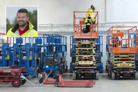 Utleiekjeden Cramo er tilbake i Fredrikstad etter at avdelingen som tidligere var i byen, ble slått sammen med avdelingen i Moss. Nå er det Stian Jacobsen (innfelt) som styrer maskinutleien på Lisleby. Han står også bak spakene på liften til høyre på bildet.
