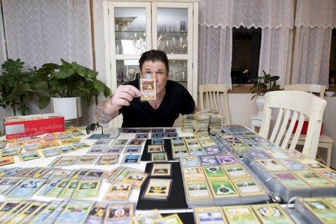 POKÉMON-GULL: Robert Scott er en av mange engasjerte Pokémon-samlere. Internasjonalt meldes det nå om en enorm verdiøkning på gamle kort.