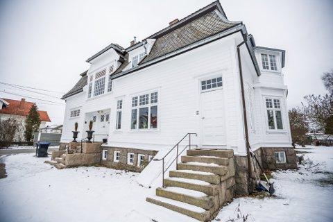 Det er ikke få personer som har vært innom Kjølberggaten 26 opp gjennom årene. Boligen fra 1913 har huset flere leger, blant andre Dr. Erling Ellertsen som gav den navnet sitt.
