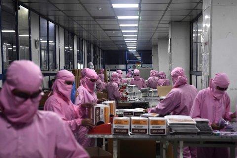 Arbeidere på Indias største sprøytefabrikk pakker sprøytespisser i all hast for å møte den globale etterspørselen under pandemien. India er verdens største vaksineprodusent, men har ikke nok vaksiner til egen befolkning. Foto: Sajjad Hussain (AFP)