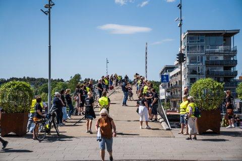Fra streiken i Fredrikstad: Markering på gangbrua.