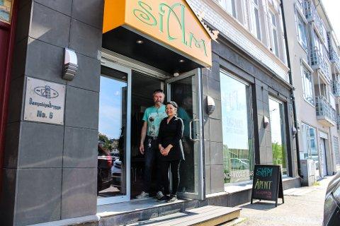 Tore Omberg og Rungtawan Rungrueang hos Siam Café og Takeaway på Dampskipsbrygga er redd Idyllhagen skal skremme bort gjestene.