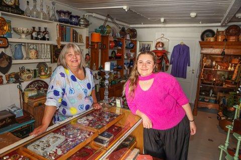 Astrid Dalen driver butikken Gamlebyen Antrikk & Nostalgi. Hun mener det ville vært fint å få en dagligvarebutikk til Gamlebyen. Det etterspør også turistene. Her fotografert med kollega Amanda Pedersen.