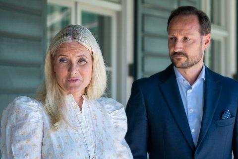 Kronprinsesse Mette-Marit og kronprins Haakon møter pressen til en prat etter møtene med de berørte etter 22. juli. Det er i år 10 års markering for tragedien. Foto: Terje Pedersen / NTB