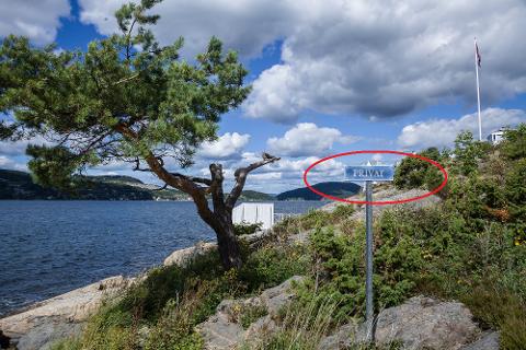 """Det finnes mange slike skilt langs strender og svaberg i Oslofjorden. Men kan egentlig en grunneier nekte deg å bade på en """"privat strand""""?"""