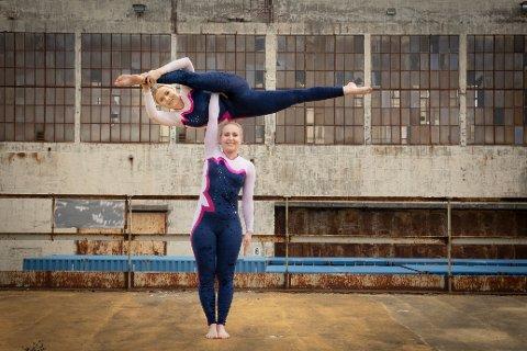 Ann Marthe Storehjelm (nederst) starter gruppetreningstilbudet Baseacro, som hun selv har utviklet, på Active Center i Fredrikstad. Her balanserer Andrine Seppola Sletten øverst.