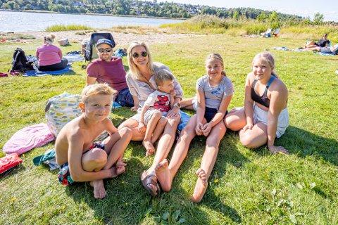 Familien Ophus og venninne Emilia Hansen (11) var blant de svært mange som brukte lørdagen på det populære badestedet ved Skjærviken. Fra venstre Mio (8), Marius (37), Ida (36), Anton (3), Maja (11) og Emilia (11).