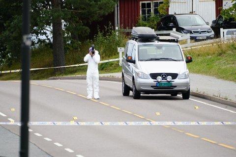 En svensk mann ble skutt og drept av politiet på Valaskjold, Sarpsborg lørdag morgen. Krimteknikere ved stedet. Foto: Beate Oma Dahle / NTB