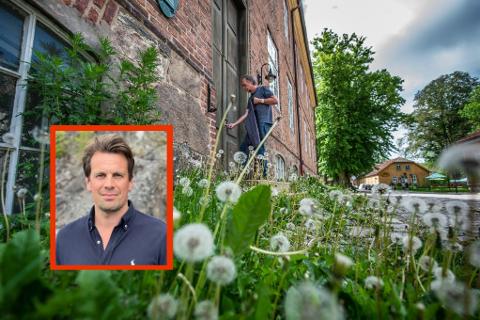 Bo Coliving AS og Johan Rasting (innfelt) har store planer for Infanterikasernen - forutsatt at bygget legges ut for salg OG at de får tilslaget. I bakgrunnen låser festningsforvalter Morten Kjølbo seg inn i bygget, som lenge har stått tomt.