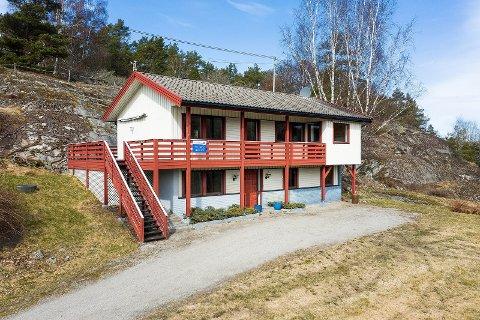 Denne boligen på Hvaler har siden 4. juni vært til salgs for knappe 1,6 millioner kroner under tittelen «Renovering-/oppussingsobjekt.». I Fredrikstad er slike boliger ettertraktet, og prises deretter.  «Gulvet» i boligmarkedet kommet så høyt at det ikke lenger er rom for å gjøre noe kupp med tanke på renovering, sier eiendomsmegler Ole Petter Arnesen.