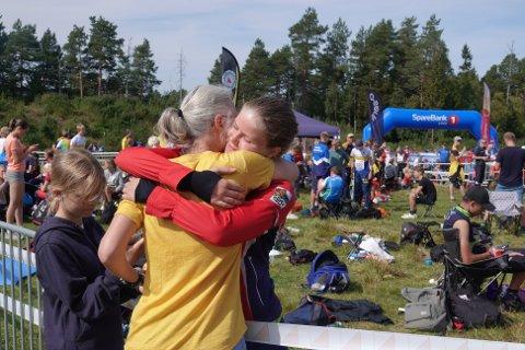 JUBLENDE ØYEBLIKK: Det er akkurat klart at Jenny Danevad er blitt norgesmester. Mor Karin gratulerer.