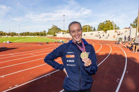 Slik ser en ekte norgesmester ut! Nora Wold med gullet hun fikk i Kristiansand i helgen. Nå satser FIF-løperen videre utenfor landets grenser.