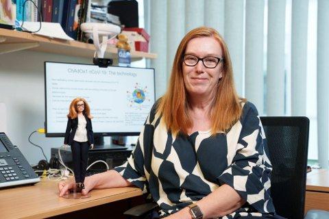 OPTIMIST: Professor Sarah Gilbert ved Universitet i Oxford, her med en Barbie-dukke i hennes ære, var med på å utvikle den første vaksinen mot covid-19. Hun tror ikke at viruset vil mutere så mye at vaksinene vil slutte å ha effekt. Foto: Andy Paradise/mattel (AP)