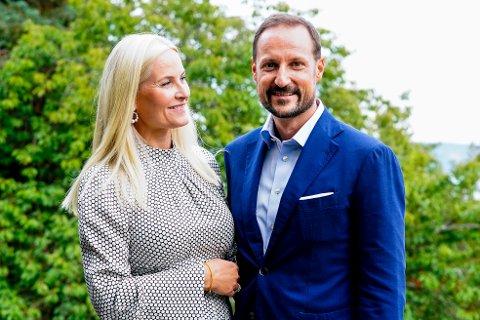 Asker 20210923.  Kronprins Haakon og kronprinsesse Mette-Marit stiller til fotografering etter pressemøtet i forbindelse med lunsjsamtalen med deltakere fra nåværende og tidligere samarbeidsprosjekter til Kronprinsparets Fond på Skaugum i Asker. Foto: Lise Åserud / NTB