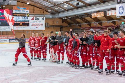 Sander Rønnild med flagget fra Red Beavers foran fansen etter kampen. Hele laget hadde gått i garderoben, men beverne ga seg ikke før de kom opp på isen igjen - til stormende jubel.