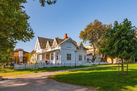 Tre bygårder i Fredrikstad og Sarpsborg er lagt ut for salg. Denne, i Jernbanegata på Cicignon, er en av dem.
