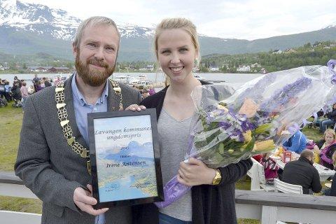 AKTIV: Ordfører Erling Bratsberg og Irene Antonsen som tar ungdomsprisen som et tegn på at det blir satt pris på det hun har gjort og gjør i ungdomsmiljøet i Lavangen.                              Foto: Harold Jenssen