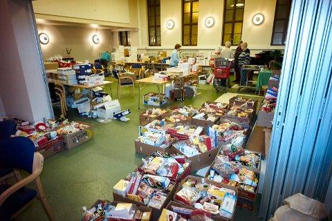 Her fra fjorårets pakking av mat. Blant annet er det dette pengene Frelsesarmeen samler inn i julegryta går til.
