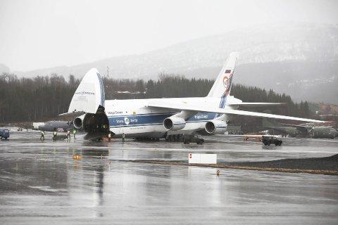 Verdens største serieproduserte transportfly, Antonov AN 124-100 på Evenes.