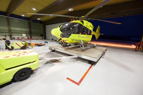 Ambulansehelikopteret i hangaren til luftambulansen på Evenes.