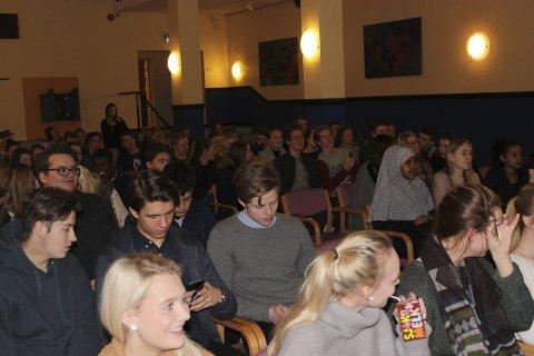 FULGTE MED: De unge elevene ved Narvik videregående skole, studiested Frydenlund, fulgte godt med da Økonomiens dag ble arrangert onsdag. Foto: Vanessa Kristiansen