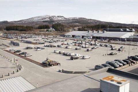 Stort område: Dersom Avinor gir grønt lys for utbygging, kan det komme et flyplasshotell med konferansesal hvor parkeringsplassene på flyplassen er i dag. Én av mulighetene som diskuteres er å bygge hotellet over selve parkeringsanlegget, men Lars Skjønnås vil ikke spekulere. I alle fall ikke før Avinor har gitt tommelen opp for prosjektet.Foto: Ragnar Bøifot