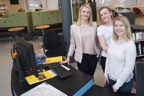 Fornøyd: Fra venstre: June Berg Sollund, Sophie Rhodes og Aurora Olsen i VisitNarvik er fornøyde med de nye lokalene.Foto: Terje Næsje