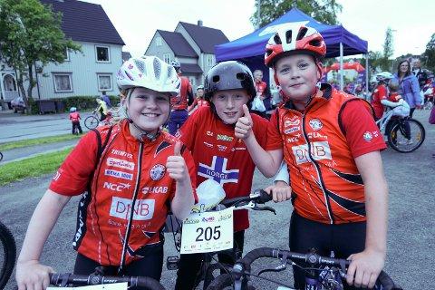 Gir sykling tommel opp: Mona Holmer, William Røsås og Isak Andre Johannessen stortrives i sykkelløypa, for andre år på rad.