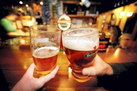 STENGT OG ÅPNET: Kontrollørene mente blant annet at kundene fikk servert øl før mat var servert. Da stengte kommuneoverlegen stedet, men lot de åpne igjen en time etter. Illustrasjonsfoto