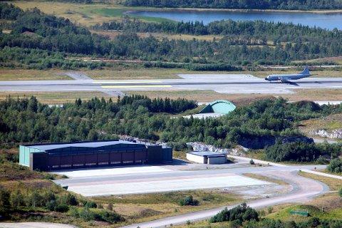 BASEVALG: Det er mulig å legge begge basene til Andøya, til Evenes eller dele funksjonene mellom Evenes og Andøya. De har utredet hva som da praktisk må gjøres og hva det vil koste, skriver artikkelforfatterne.Arkivfoto