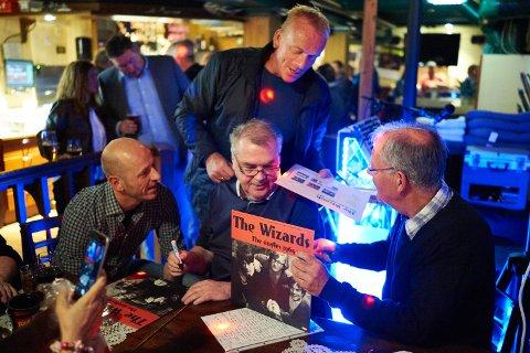 POPULÆR: Jan-Harry Hope signerer plater på Narvikguten pub så blekket spruter i september 2016. Da slapp de en ny LP-plate, som de hadde hatt lyst til å gi ut siden slutten av 1960-tallet.