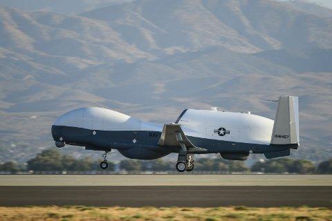 Mens Andøyposten hevder «sentralt plasserte kilder i Forsvaret» sier at amerikanerne har funnet Evenes som uegnet for operasjoner med droner, sier både droneprodusenten Northrop Grumman og Forsvarsdepartementet noe annet. Påstanden om at innflygningsforholdene på Evenes er for vanskelige for blant annet MQ-4C Triton (bildet), stemmer ikke ifølge sjefen for Northrop Grummans droneprogram i Europa.
