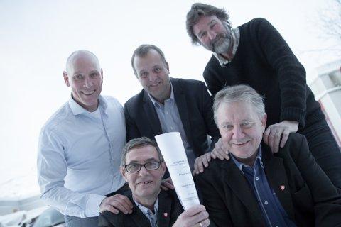 Hans-Petter Ljunggren (bak fra venstre), Arne Quist Christensen og Jostein Nohr fra Telenor – sammen med rådmann Steinar Sørensen (foran til venstre) og Per-Kaare Holdal i Evenes er fornøyd med at 280 husstander i Evenes, fra høsten, får tilbud om fiber og bredbånd.