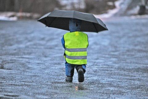 REGN: Onsdag får du sjansen til å teste paraplyen. Da skal det nemlig hølje ned. Meteorologen spår nemlig at det vil komme 70 millimeter med regn i løpet av dagen. Enkelte steder mer.