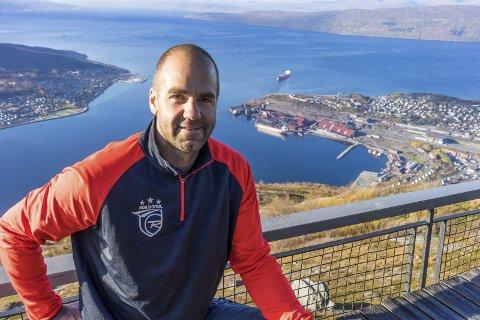 FLOTT SYN: Den tidligere alpinstjernen Didier Défago var imponert over utsikten fra Fagernesfjellet. Nå skal Defago langt på vei sette traseene som skal brukes i søknaden om å få alpin-VM i 2025. Alle foto: Andreas Haakonsen) Didier Défago i Narvik 10.10.2017.