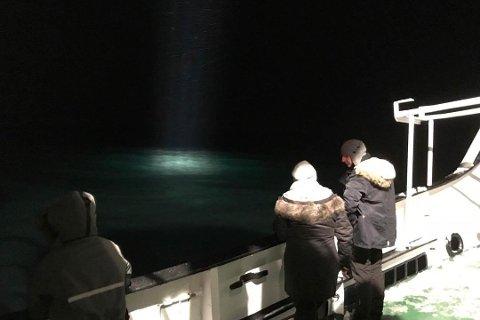 SPEIDER: Turister ombord på fartøyet Langøysund lette torsdag kveld etter det russiske helikopteret.