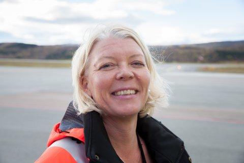 Lufthavnsjef Anne Britt Bekken på Evenes synes det er helt i orden at personalet lagde seg et basseng.
