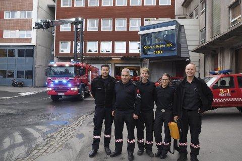 Først i landet: Bilen i bakgrunnen er spesiallaget for brannvesenet i Ofoten, og de er det første kommunale brannvesenet med denne typen brannbil. Fra venstre: Nils Petter Nilsen, Torgeir Trældal, Vegard Lindberg Wollan, Wenche Framvik og Tor Arne Amundsen. Foto: Ann-Kristin Hanssen