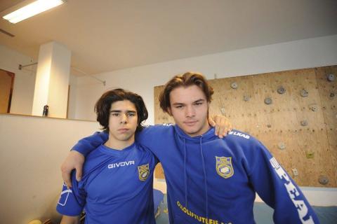 Alexander Olsen (t v) og Simon Kuraas Johnsen er to av fire fra Narvik som er tatt ut til mestermøte i bryting.