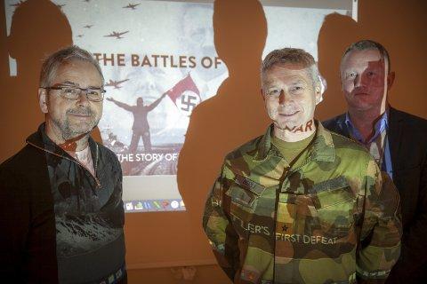 Stevner videre: Med Brigade Nord og brigadesjef Eldar Berli stevner direktør Kjetil Jensberg i FilmCamp (til venstre) og produsent Tom Vidar Karlsen i Storyline videre med tv-prosjektet «Slaget om Narvik». Forsvarsdepartementet har nå støttet forprosjektet med en halv million kroner.Foto: Ragnar Bøifot