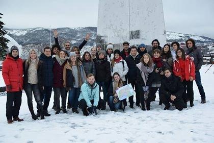 Her er alle samlet utenfor Det fjerde hjørnet. Alle jobber med ungdommer og har lært arbeidsmetoder og verktøy av Narviksenteret for å ta med seg videre til sitt land.