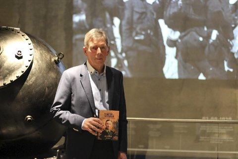 Boklansering: Jan Petter Pettersen lanserte sin nye bok «Kampen om historien» på Narviksenteret mandag. Museumsleder Ulf Eirik Torgersen mener boken gir et mer nyansert bilde av historien. Foto: Martin Fredriksen