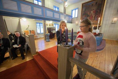 Marit Høgås (til venstre) til og Rena Høgli åpnet med å tenne to lys i adventstaken.