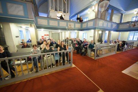 Rundt 50 hadde møtt for å delta i julemaraton, som startet i Evenes kirke.