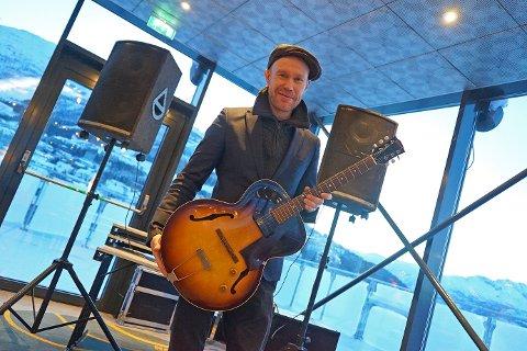 BRETTER OPP ERMENE: Romjulsjazzen er for leder i Narvik Jazzklubb, Håvard Stubø, en dugnad for Ofotens kulturliv. Foto: Odd-Georg H. Benjaminsen.