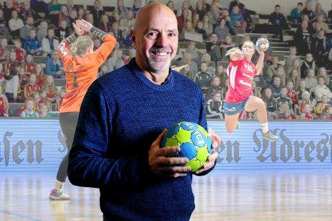 Tom Jakobsen (58) har vært håndballtrener i store deler av sitt voksne liv. Han har trengt lag som Bjørnar og Nordnes, og tok Tertnes opp til eliteserien i håndball for kvinner. Han har også trent Narvik HK, og er nå ansvarlig for Ankenes sine håndballdamer.